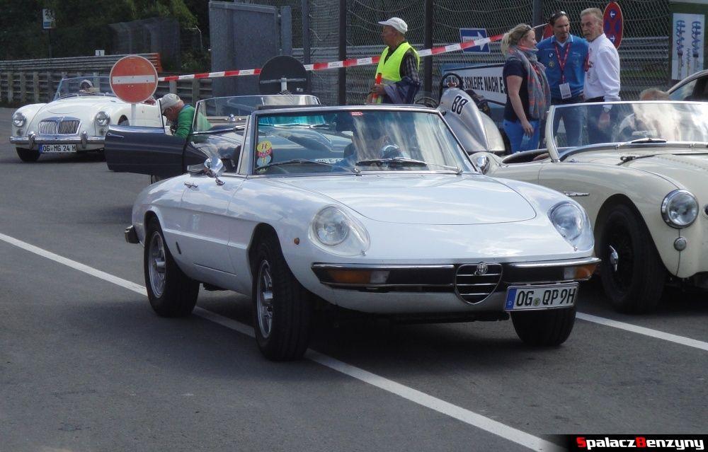 Alfa Romeo błękitne na Nurburgring Nordschleife