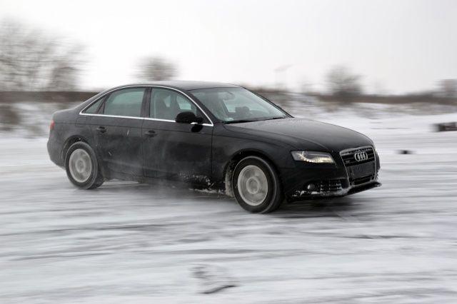 Audi A4 B8 na śniegu Tor Lublin jazda bokiem