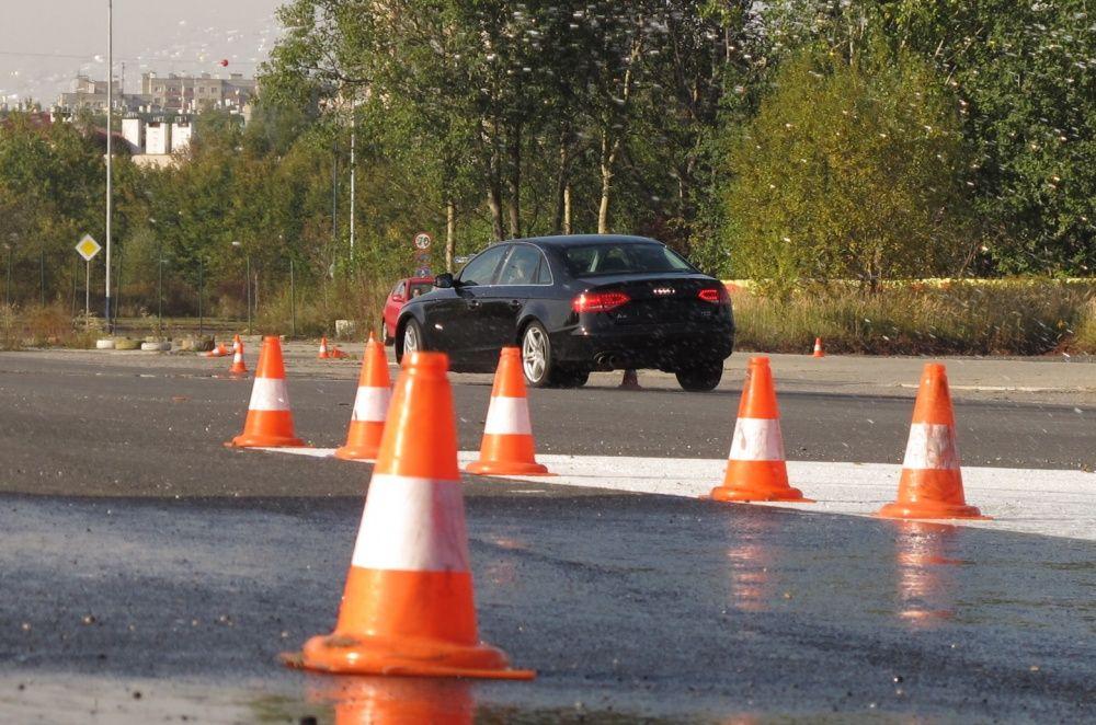 Audi A4 między pachołkami na Ergo Hestia Szkoła Jazdy w Krakowie