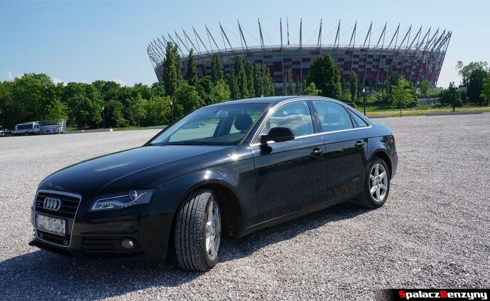 Audi A4 przed stadionem narodowym