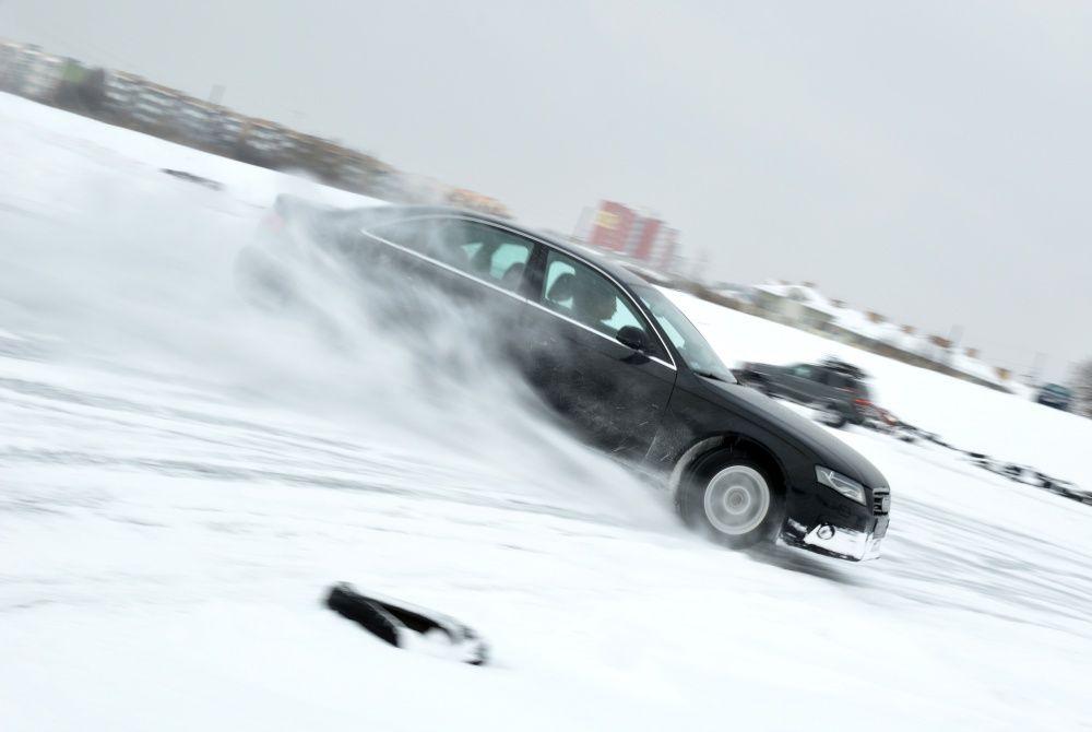 Audi A4 quattro drift w zimie ze śniegiem spod kół