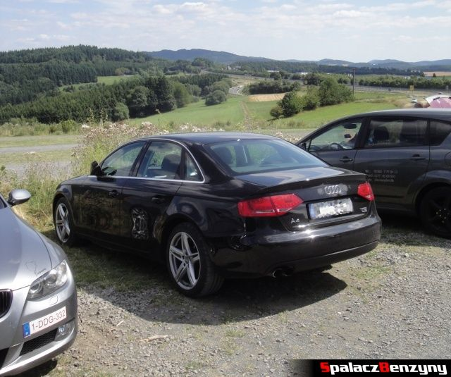 Audi A4 quattro na parkingu na Touristenfahrten Nordschleife na Nurburgring