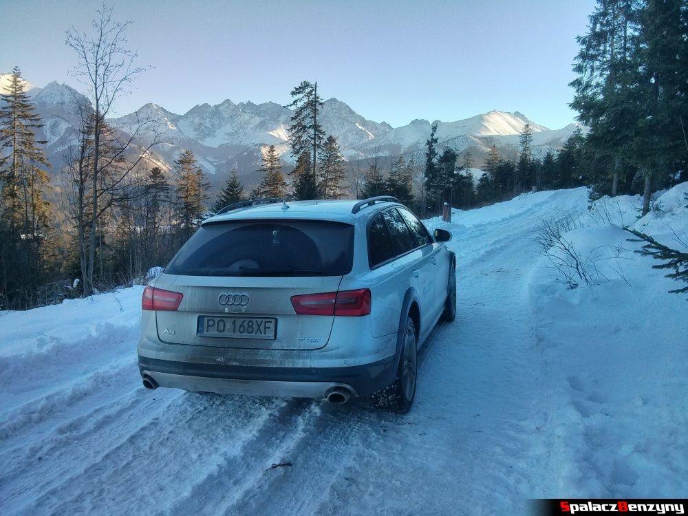 Audi A6 allroad quattro na śnieżnej górskiej drodze