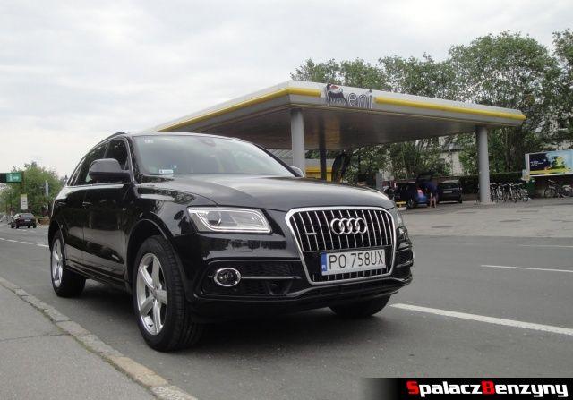 Audi Q5 2.0 TDI przy stacji benzynowej Eni