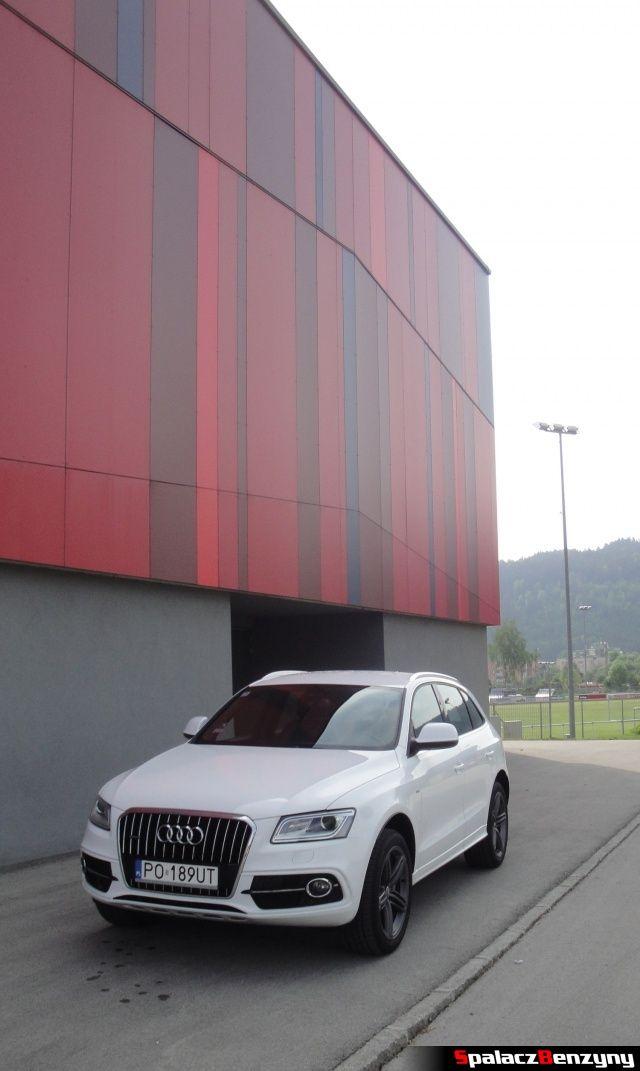 Audi Q5 3.0 TFSI przód bok na parkingu hotelowym