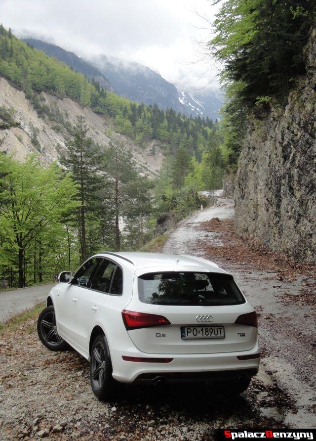 Audi Q5 3.0 TFSI przy skałach na górskiej drodze
