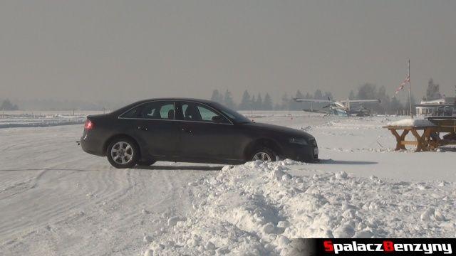 Audi Quattro w śnieżnym poboczu na Snow Fun