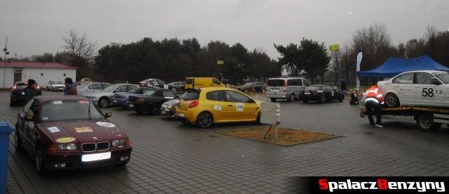 Auta na parkingu podczas deszczowej 2 edycji TPTD