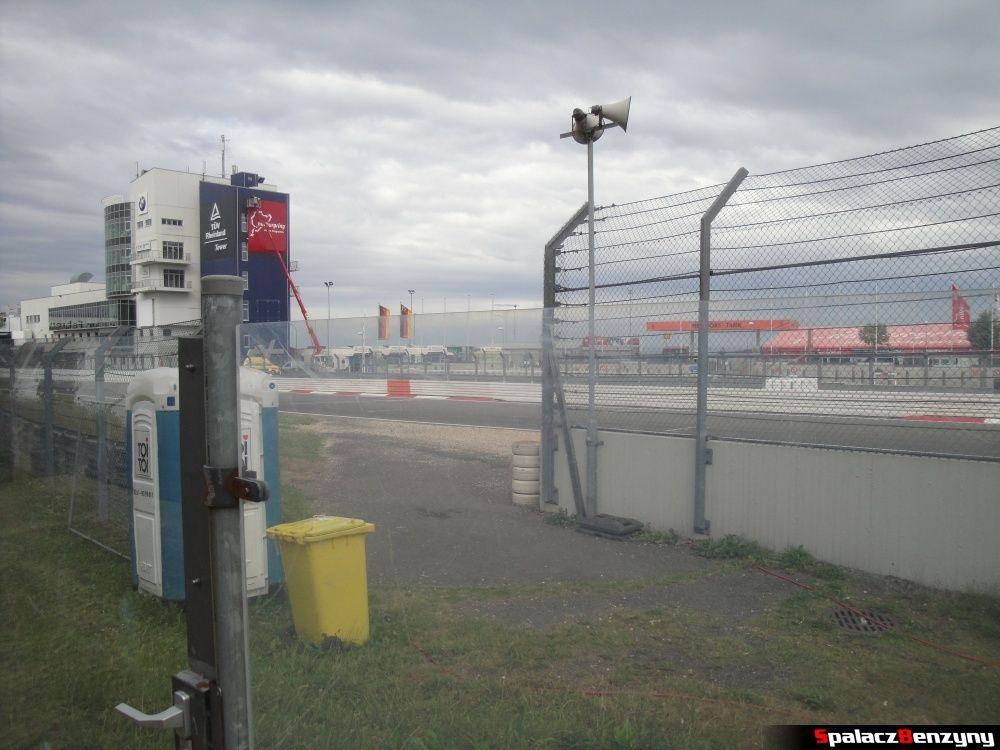 Barierka przy wejściu na tor Nurburgring