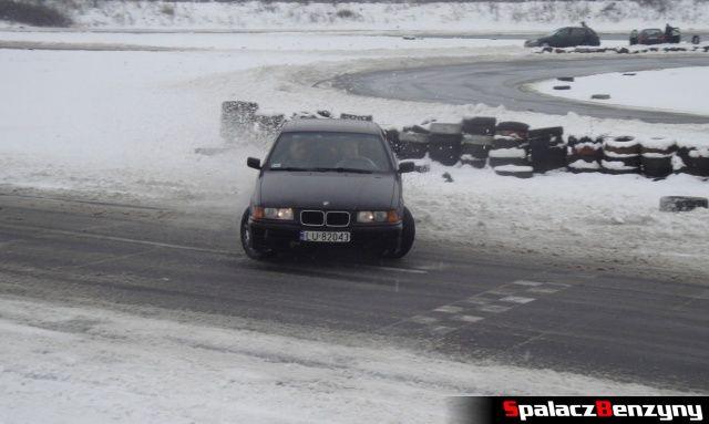 BMW 3 czarne na zimowym treningu na Torze w Lublinie
