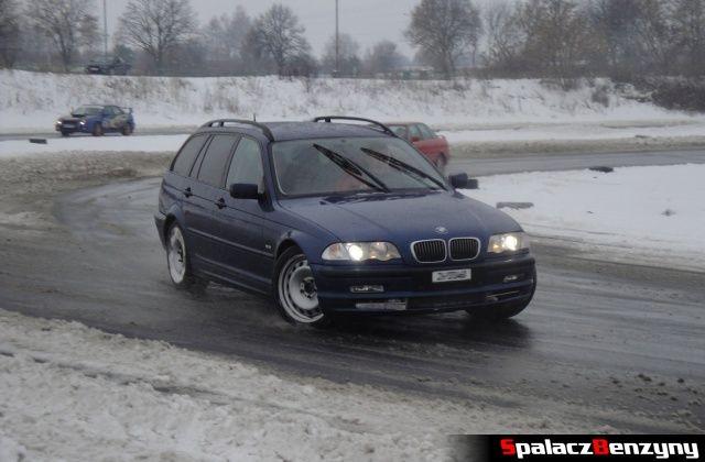 BMW 3 kombi niebieskie na zimowym treningu na Torze w Lublinie