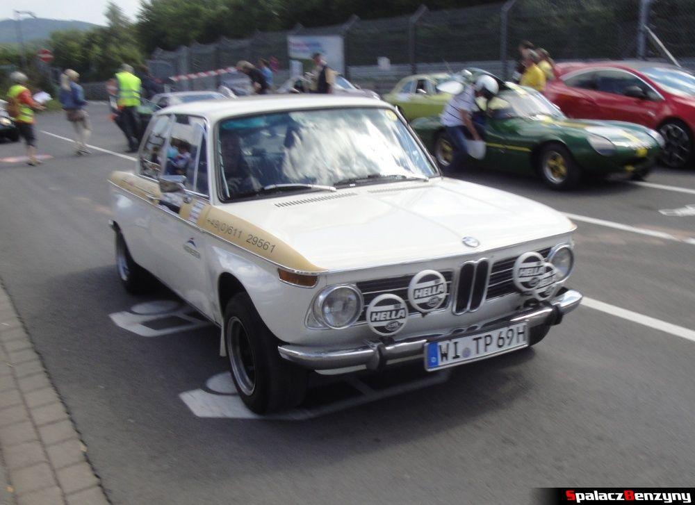 BMW białe zabytkowe na Nurburgring Nordschleife