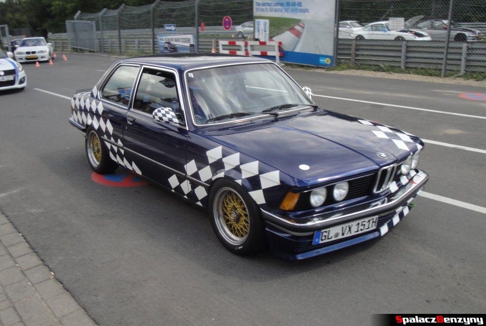 BMW biało-granatowe na Nurburgring Nordschleife