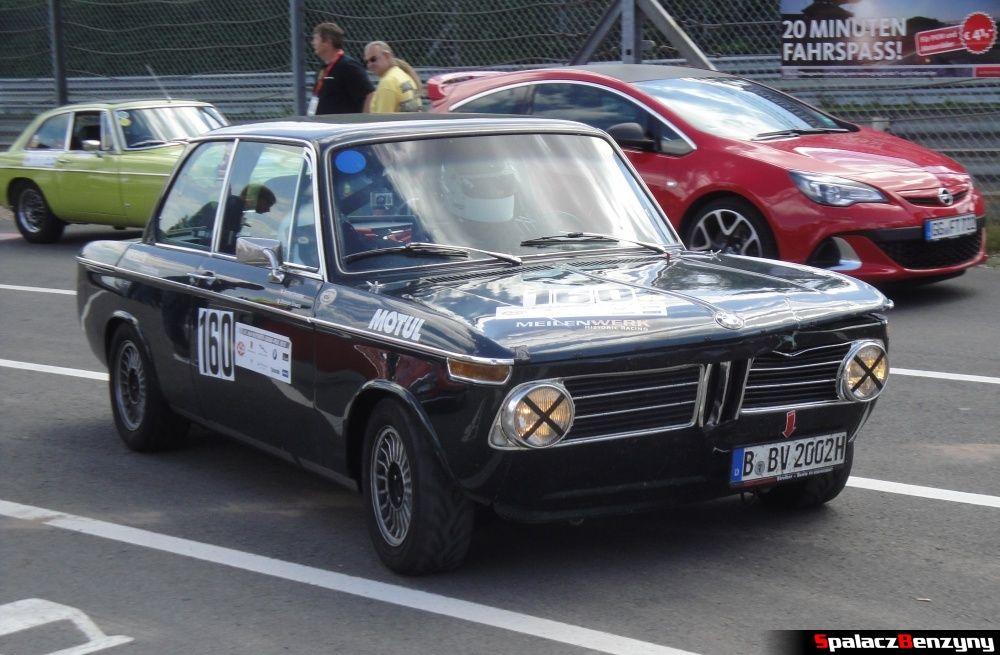 BMW ciemnozielone zabytkowe na Nurburgring Nordschleife