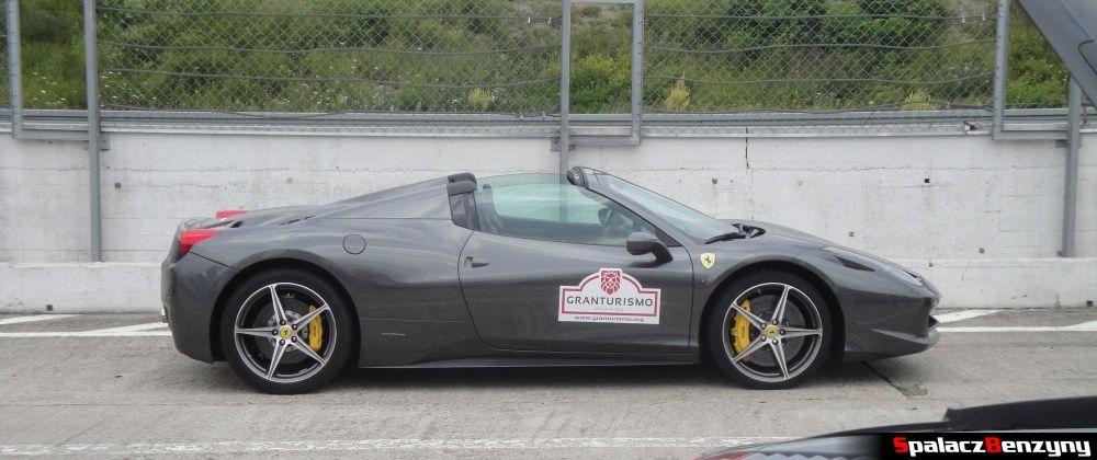 Bok Ferrari 458 Italia szara na Gran Turismo Polonia 2013