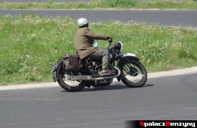 Brązowy motocykl w czasie jazdy na Super Veteran 2012 w Lublinie