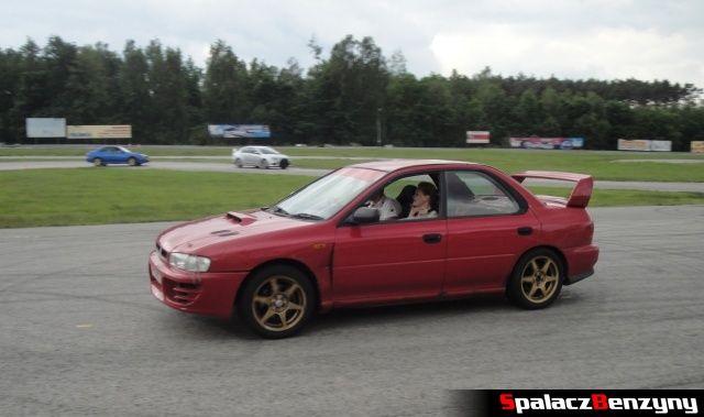 Czerwone Subaru Impreza podczas treningu na Torze Kielce 7 czerwiec