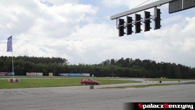 Czerwone Subaru Impreza poza torem podczas treningu na Torze Kielce 7 czerwiec