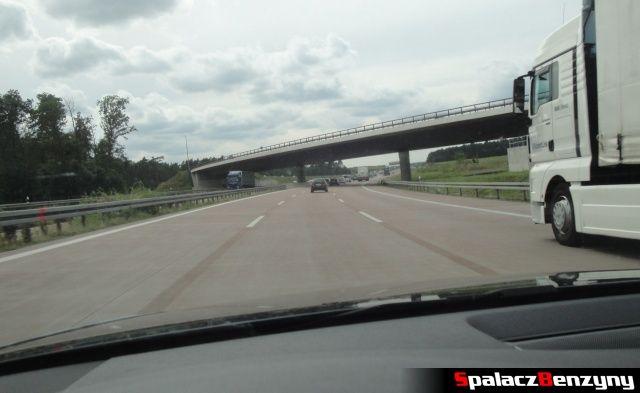 Czerwony asfalt na niemieckiej autostradzie