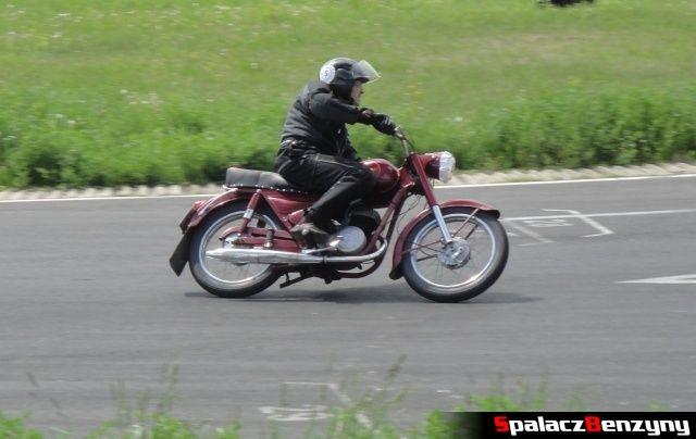 Czerwony motocykl w czasie jazdy na Super Veteran 2012 w Lublinie