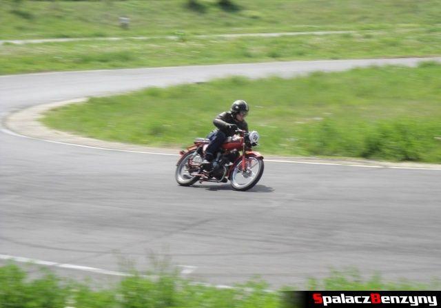 Czerwony motocykl w czasie jazdy w zakręcie na Super Veteran 2012 w Lublinie