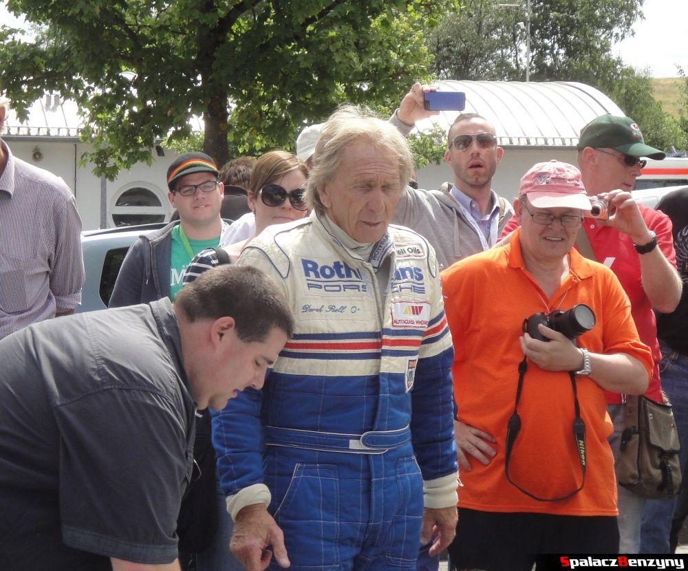 Derek Bell po jeździe Porsche 956 na Nurburgring Nordschleife