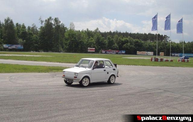 Fiat 126p Maluch podczas treningu na Torze Kielce 7 czerwiec