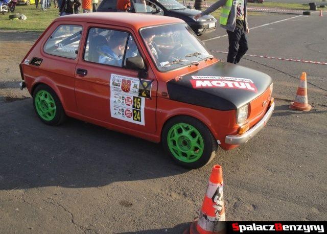 Fiat 126p pomarańczowy na starcie Rally Sprint Cemex 2012 w Lublinie