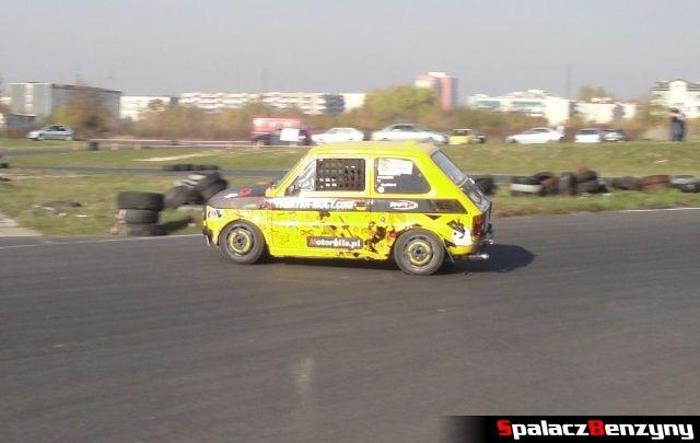 Fiat 126p żółty w zakręcie na Rally Sprint Cemex 2012 w Lublinie