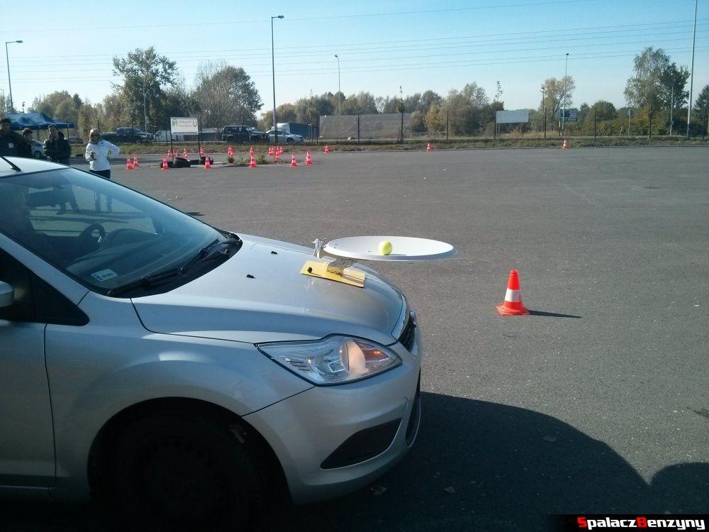 Ford Focus z piłką tenisową na Ergo Hestia Szkoła Jazdy w Krakowie