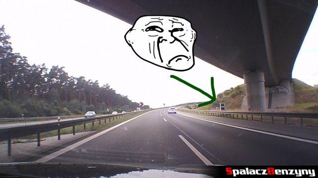 Fotoradar robiący zdjęcie na niemieckiej autostradzie