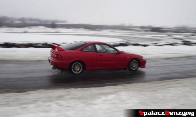 Honda czerwona na zimowym treningu na Torze w Lublinie