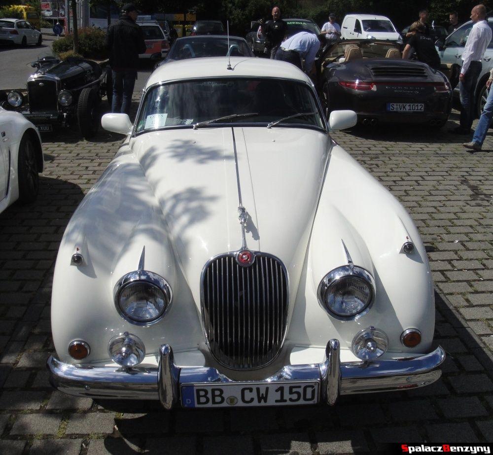 Jaguar biały na Nurburgring Nordschleife
