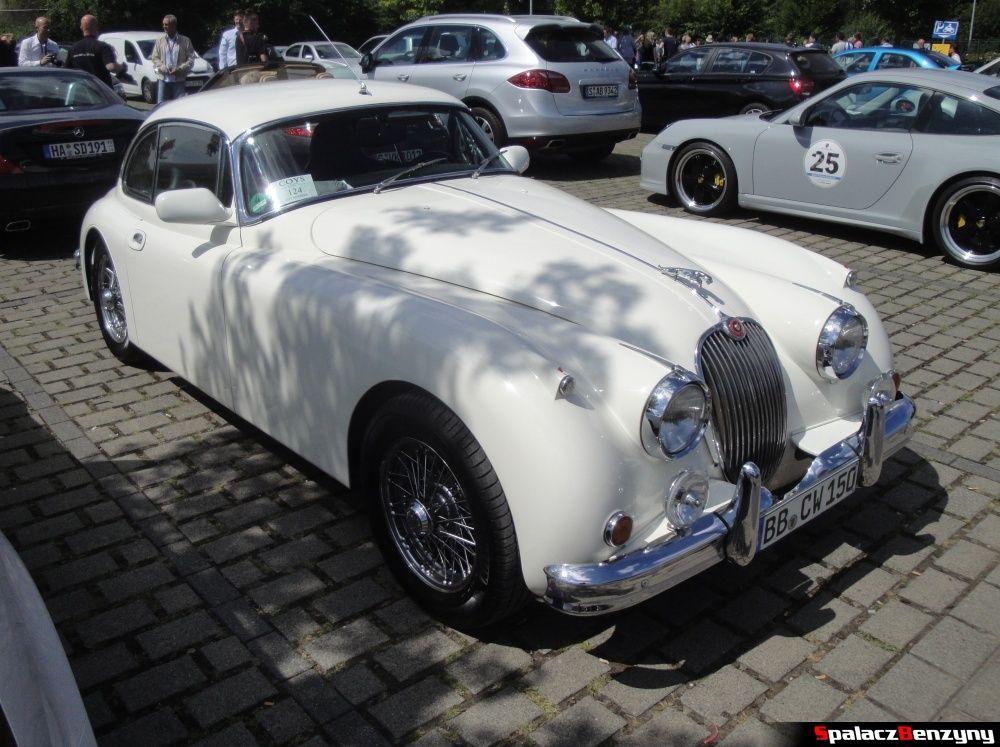 Jaguar biały na parkingu na Nurburgring Nordschleife