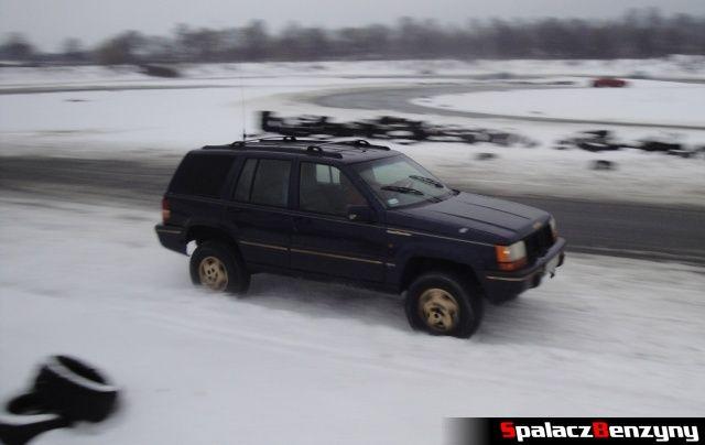 Jeep na zimowym treningu na Torze w Lublinie