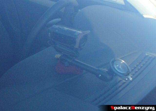 Kamera Sony przymocowana do szyby