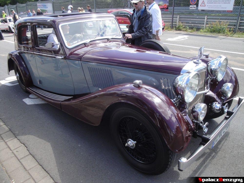 Klasyczny 4-drzwiowy saloon car na Nurburgring Nordschleife