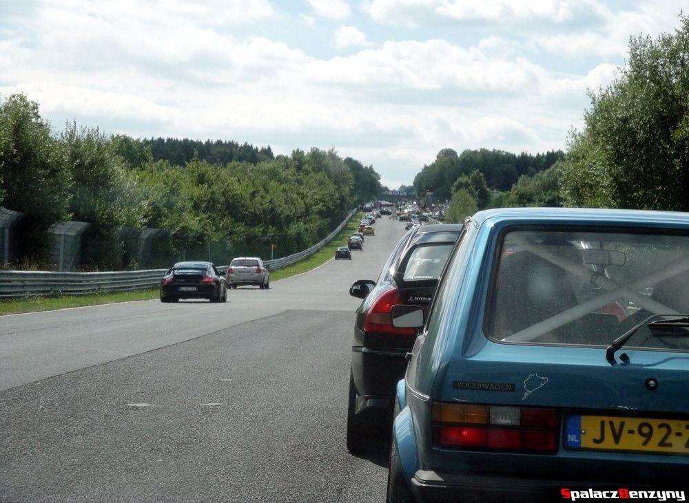 Kolejka do zjazdu z Północnej Pętli Nurburgringu