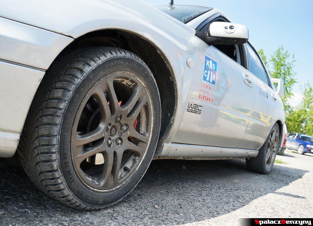 Koło Subaru Impreza WRX na parkingu na RS Chełm 1 maja 2014
