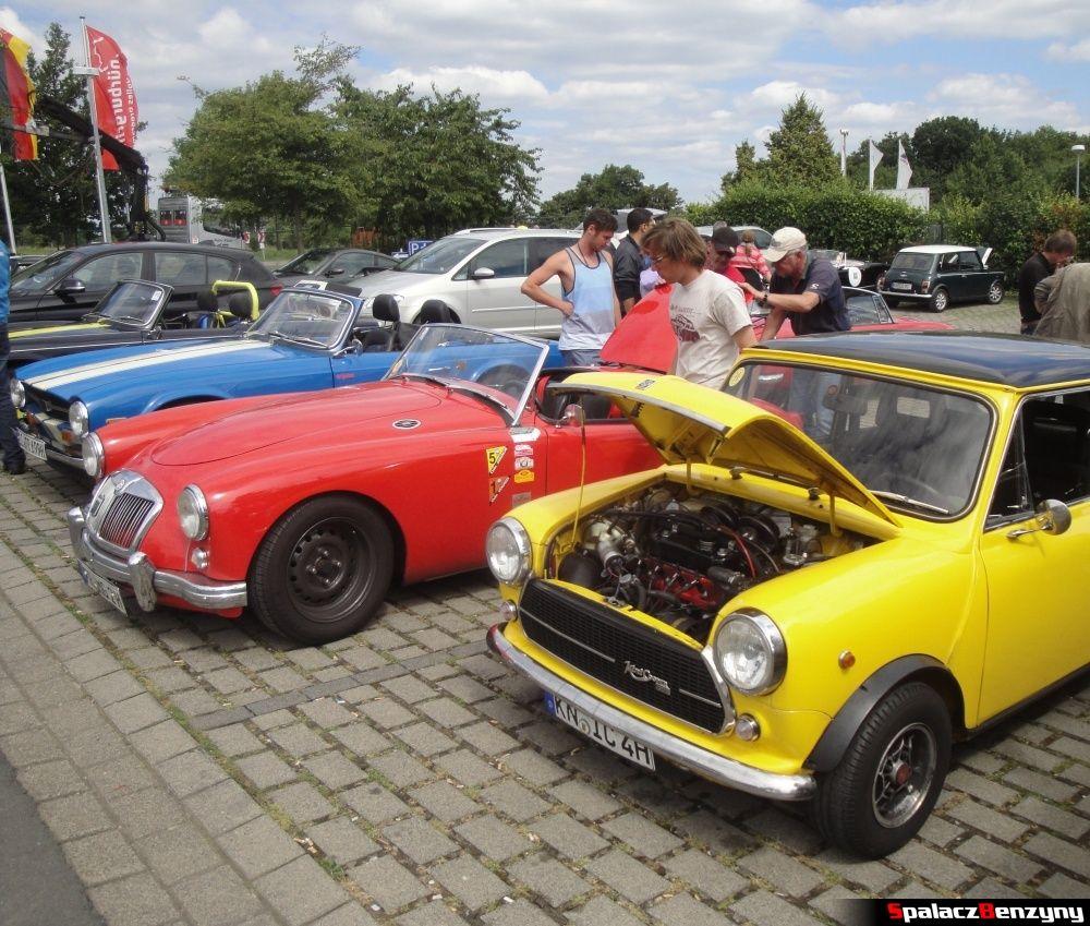 Kolorowe auta klasyczne na Nurburgring Nordschleife