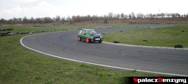 Kolorowe autko podczas jazdy na Rally Sprint Kulka 2012 w Lublinie