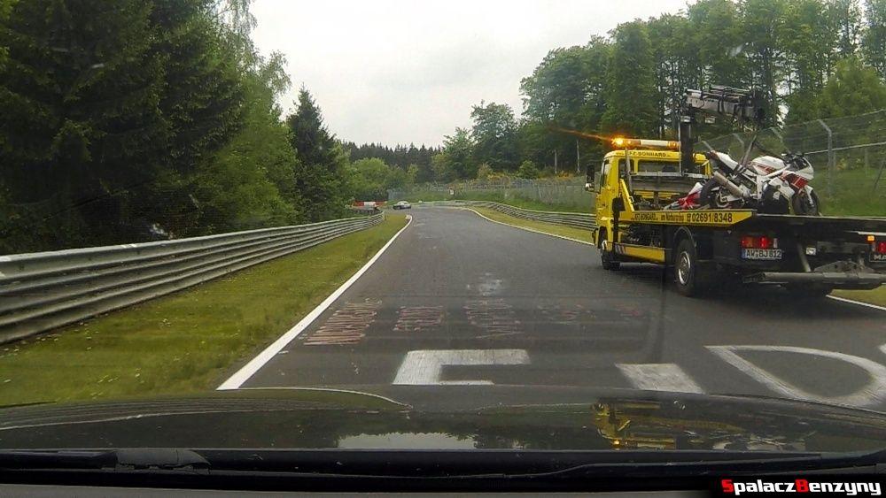 Laweta z motocyklami na Północnej Pętli Nurburgringu