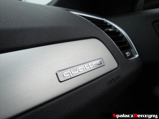 Logo quattro na schowku w Audi Q5