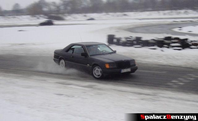 Mercedes coupe na zimowym treningu na Torze w Lublinie