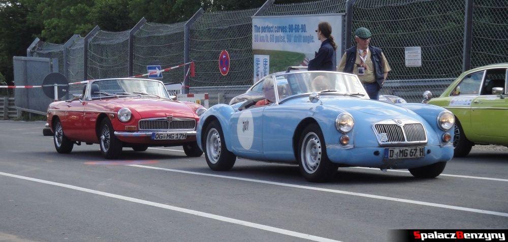 MG czerwone i niebieskie na Nurburgring Nordschleife