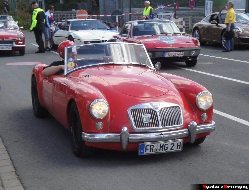 MG czerwony kabriolet stary na Nurburgring Nordschleife