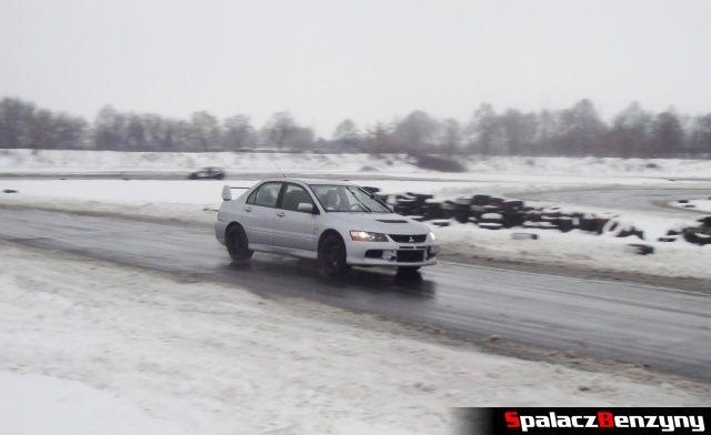 Mitsubishi Lancer Evo na zimowym treningu na Torze w Lublinie