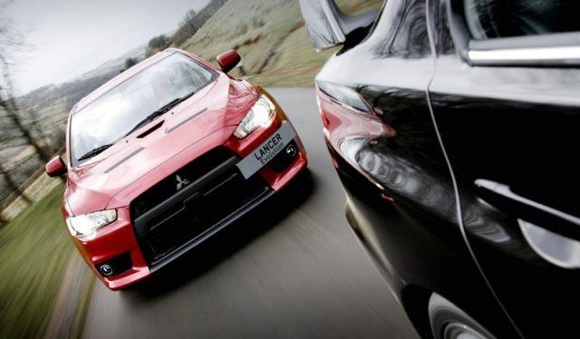 Mitsubishi Lancer Evolution X w lusterku