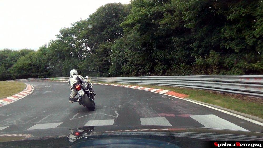 Motocyklista w zakręcie na Północnej Pętli Nurburgringu