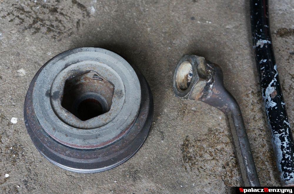 Nakrętka wału korbowego  i klucz w Honda Civic